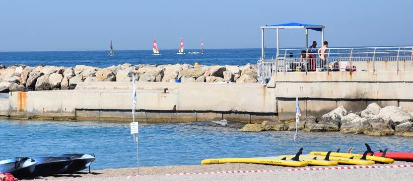 Activités nautiques l'été sur la plage